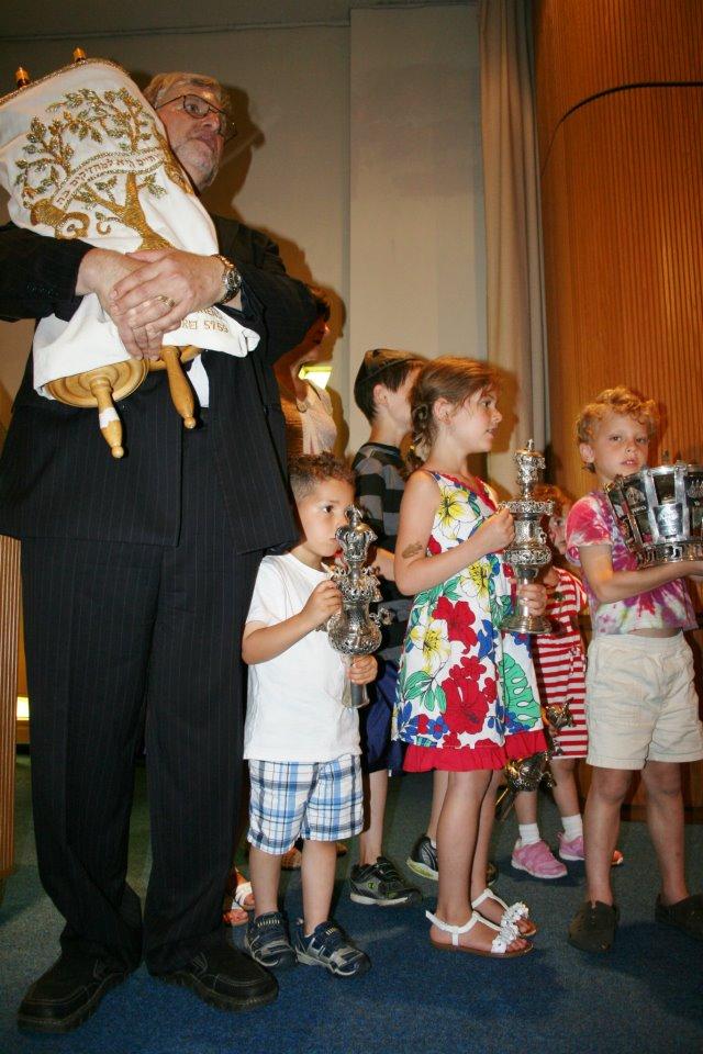 Rabbi-with-kids-on-bima